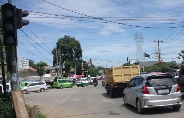 Macet, traffic light tidak aktif di Tangsel. (kie)