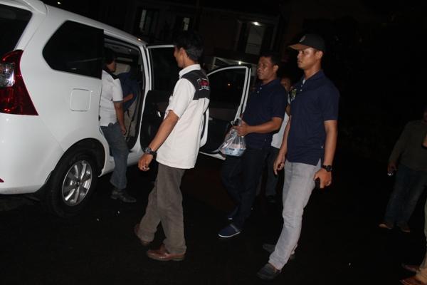 Polisi mengamankan tersangka pemerasan bos PT CKM. (hen)