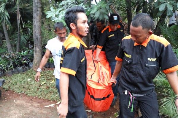 Petugas mengevakuasi pria korban tabrak Commuterline di Bintaro. (man)