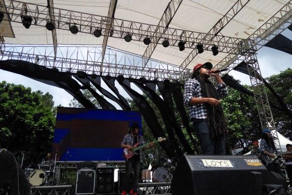 Salah satu bintang tamu, Gangsta Rasta saat perform dalam closing ceremony Alseace 2016. (man)