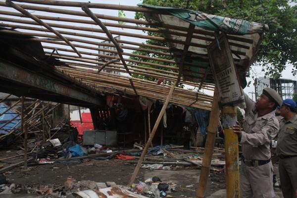 Petugas membongkar bangli di jalur pipa gas Pamulang. (man)