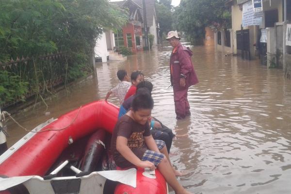 Anak-anak bermain perahu karet di Perumahan BPI. (man)