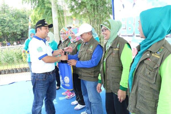 Walikota Tangerang memberikan bingkisan dalam kegiatan Bebersih Kali Sabi. (ist)