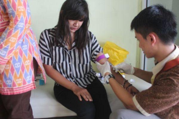 Petugas Dinkes Kota Tangsel mengecek darah wanita pekerja seks. (ist)