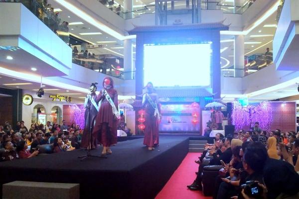 Finalis Puteri Indonesia saat berlenggok di catwalk. (bud)