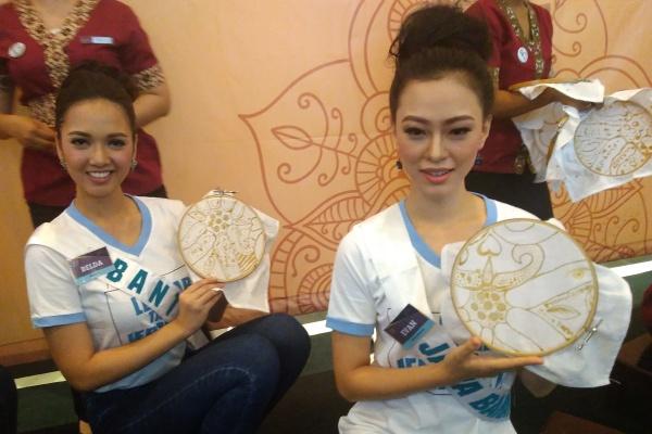 Finalis Puteri Indonesia pamer hasil karya batik mereka. (bud)