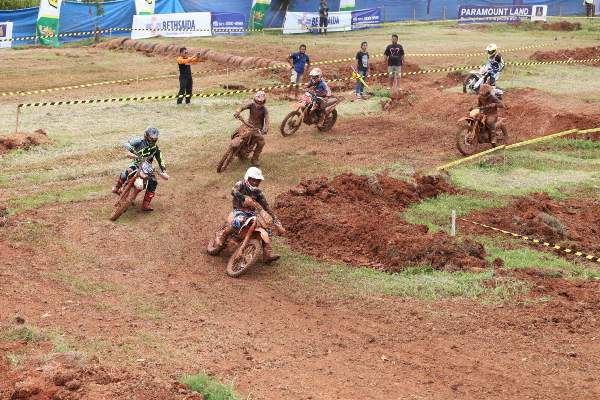 Para kroser beraksi dalam kejuaraan motocross yang digelar Paramount Land di Gading Serpong. (ist)
