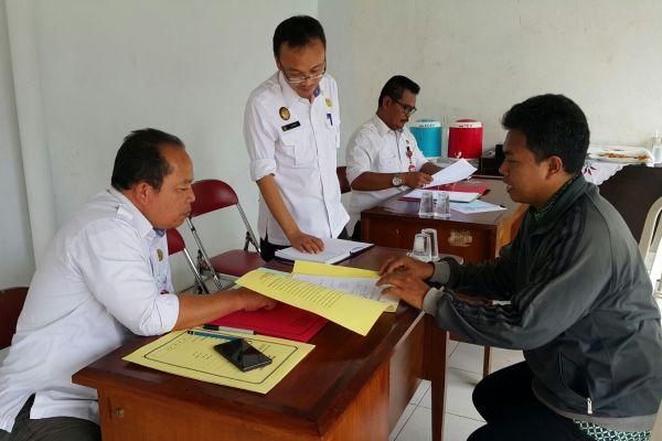 Petugas BPN Tangsel sedang melayani masyarakat. (man)