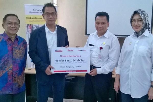 Pemberian donasi secara simbolis dari perwakilan Alfamart ke Pemkot Tangsel. (man)