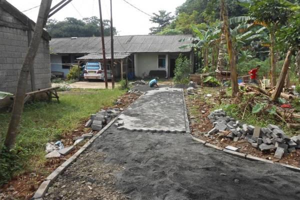 Proses peningkatan jalan lingkungan di Kelurahan Bakti Jaya, belum lama ini. (ist)