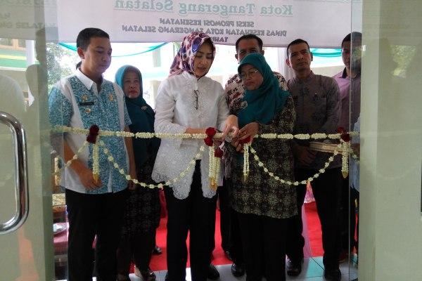 Walikota Tangsel, Airin Rachmi Diany meresmikan Posyandu di Kelurahan Sawah. (man)