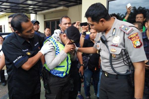Petugas menginterogasi polisi gadungan yang dibekuk. (man)