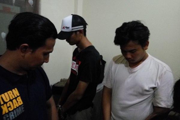 Tersangka pengedar ganja diminta keterangan oleh petugas Polsek Pamulang. (man)