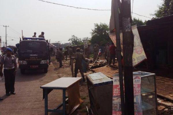 Petugas Satpol PP Tangsel membongkar lapak PKL di sepanjang Jalan Raya Siliwangi, Pamulang. (ist)