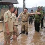 Kunjungi Korban Banjir, Walikota Tangerang Distribusikan Bantuan