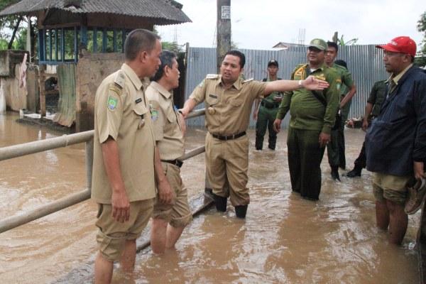 Walikota Tangerang saat mengunjungi lokasi banjir di Candulan. (ist)