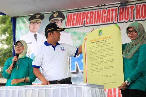 Walikota Tangerang menunjukan piagam Pos Pengaduan Lingkungan. (ist)