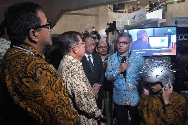 Wakil Presiden Jusuf Kalla saat kunjungan ke Puspiptek, Setu. (man)