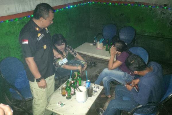 Petugas saat razia di salah satu cafe kawasan Dadap, Kabupaten Tangerang. (nai)