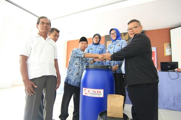 Perwakilan PT Indah Kiat memberikan bantuan tong kepada warga Kelurahan Pakulonan. (kie)