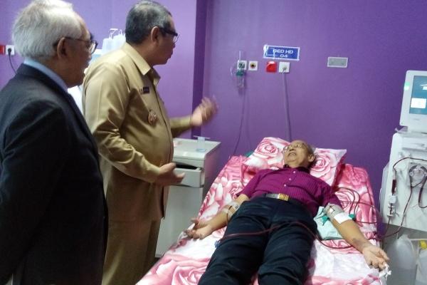 Wakil Walikota Tangsel berbincang dengan pasien ginjal RS Medika BSD. (one)