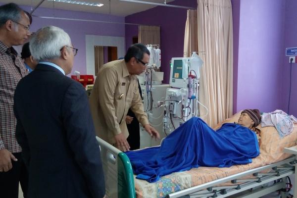 Wakil Walikota Tangsel berbincang dengan pasien RS Medika BSD. (one)