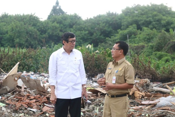 Menkum HAM Yasonna Laoly dan Sekda Kota Tangerang Dadi Budaeri meninjau lokasi bekas RPA. (ist)