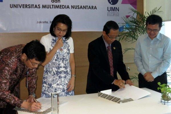 MoU-ditandatangani-oleh-Alrianto-Djuanedi-kiri-KaSubDiv-Pengembangan-Pembelajaran-Kemitraan-BCA-Lena-Setiawati-kedua-dari-kiri-KaDiv-Pembelajaran-dan-Pengembangan-BCA-PM-Winarno-Direktur-LPPM-UMN. (ist)