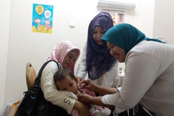 Petugas RSU Tangsel memberikan imunisasi kepada balita. (one)