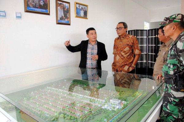 (Kiri-Kanan) EkoTeng, Board of Management PT Vtri Bangun Dukuh Lestari menjelaskan maket perumahan Ciujung Indah kepada Wakil Bupati Serang, Pandji Tirtayasa saat launching. (ist)