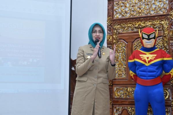 Walikota Tangsel, Airin Rachmi Diany mengenalkan Pelitas, maskot kebersihan milik DKPP Kota Tangsel. (ymw)