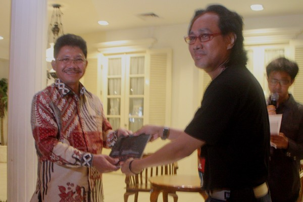 Wakil Walikota Tangerang (kiri) dan cerpenis Widi Hatmoko saat peluncuran buku Perempuan Nocturnal. (ist)
