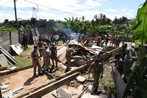 Satpol PP Tangsel membongkar kafe esek-esek di Kecamatan Setu. (ymw)