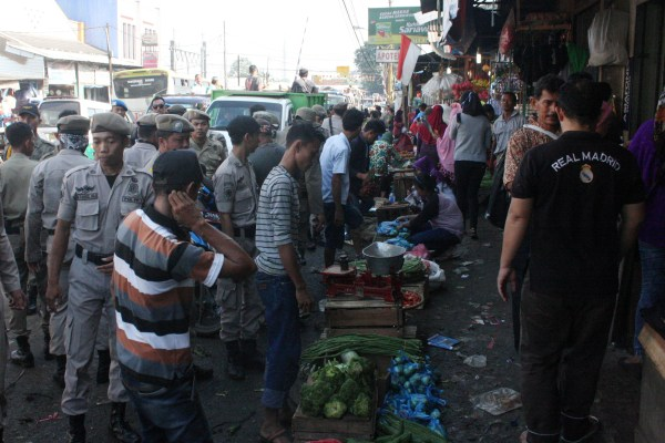 Petugas Satpol PP Tangsel dalam penertiban Pasar Serpong. (ham)