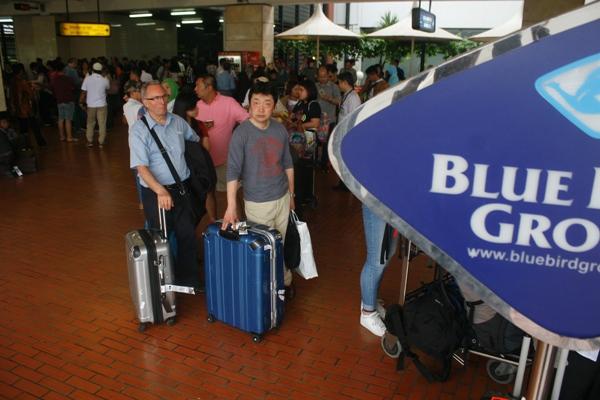 Penumpang antre menunggu taksi gratis di bandara Soekarno Hatta. (eni)