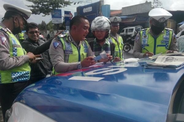 Petugas Polres Tangsel saat Operasi Simpatik di Ciputat. (man)