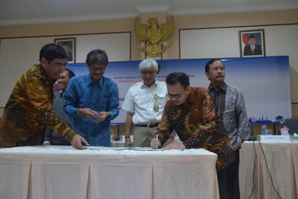 Menteri ESDM, Sudirman Said menandatangani berita acara soal pengembangan listrik. (ist)
