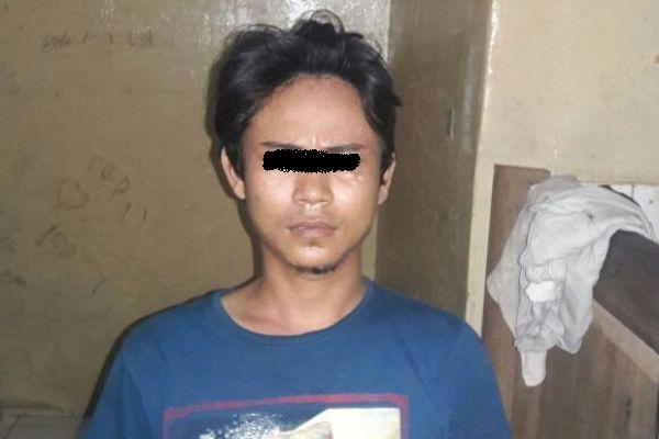 Salah seorang tersangka pengedar narkotika yang ditangkap Polsek Cipondoh. (eni)