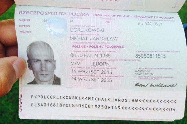 Paspor bule asal Polandia yang bunuh diri di lapangan Bandara Soetta. (ist)