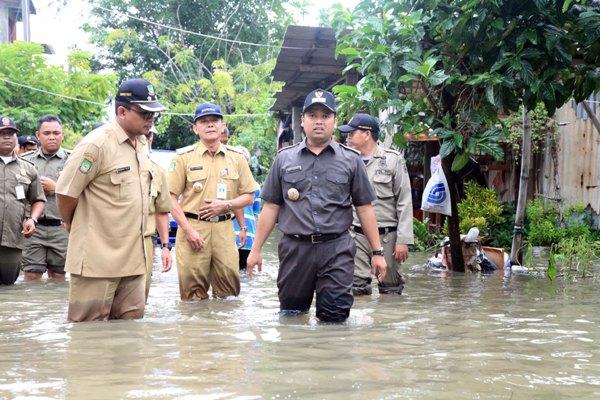 Walikota Tangerang, Arief R Wismansyah saat meninjau banjir di Periuk. (ist)