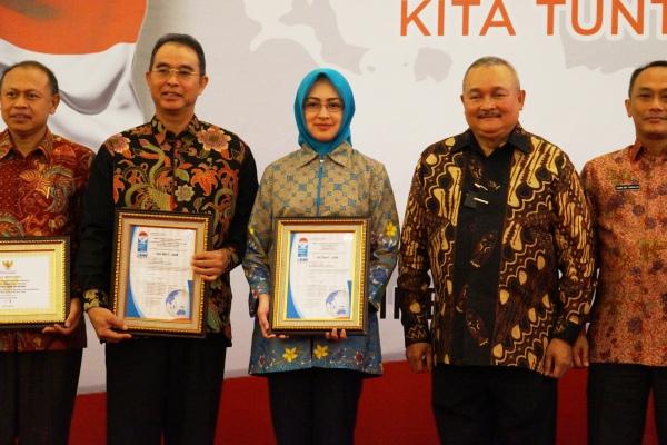 Walikota Tangsel Airin Rachmi Diany bersama kepala daerah lain menerima penghargaan dari Kemendagri. (ist)