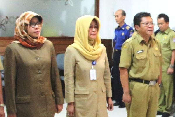 drg Khairati (kiri), Sekretaris Dinkes Tangsel. (dok)