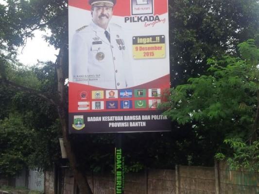 Gambar Gubernur Banten Rano Karno pada reklame tak berizin di Jalan Raya Puspiptek. (jok)