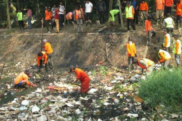 Bersih-bersih sampah di Situ Parigi, Pondok Aren. (dok)
