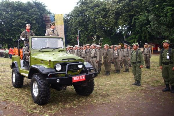 Walikota Tangerang berkeliling menggunakan mobil komando pada Apel HUT Satpol PP. (ist)