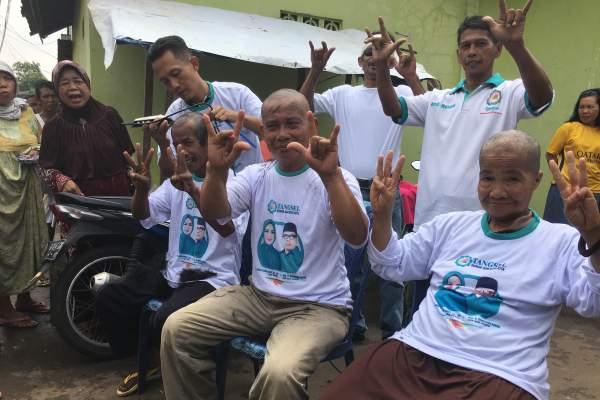 Aksi warga Ciputat gunduli kepala rayakan pelantikan Airin-Benyamin
