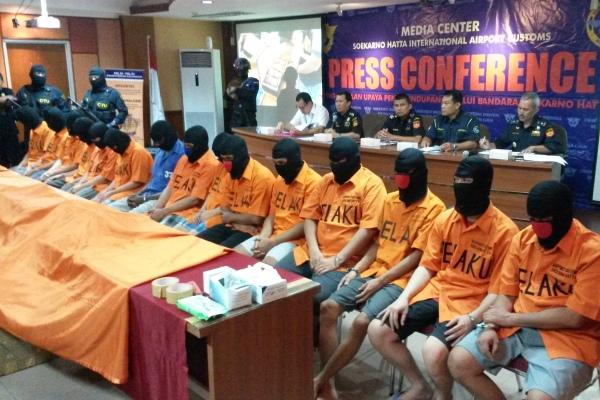 Tersangka penyelundup narkotika saat gelar perkara di Bea Cukai Bandara Soekarno Hatta. (eni)