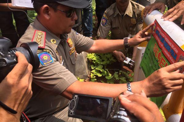Kepala Satpol PP menyegel pintu masuk Bursa Mobil Bintaro. (ist)
