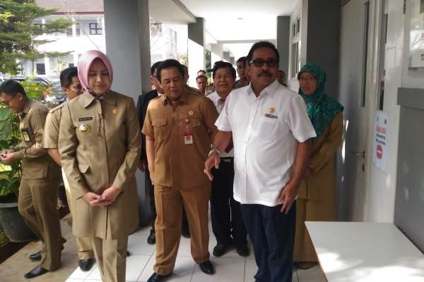 Gubernur Banten Rano Karno didampingi Walikota Tangsel Airin Rachmi Diany meninjau pelaksanaan UN di Tangsel. (ist)