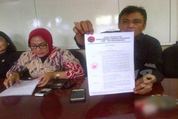 Ketua DPC PDI P Kota Tangerang, Hendri Zein saat menunjukkan surat pemecatan anggota DPRD Kota Tangerang, Pabuadi. (feb)